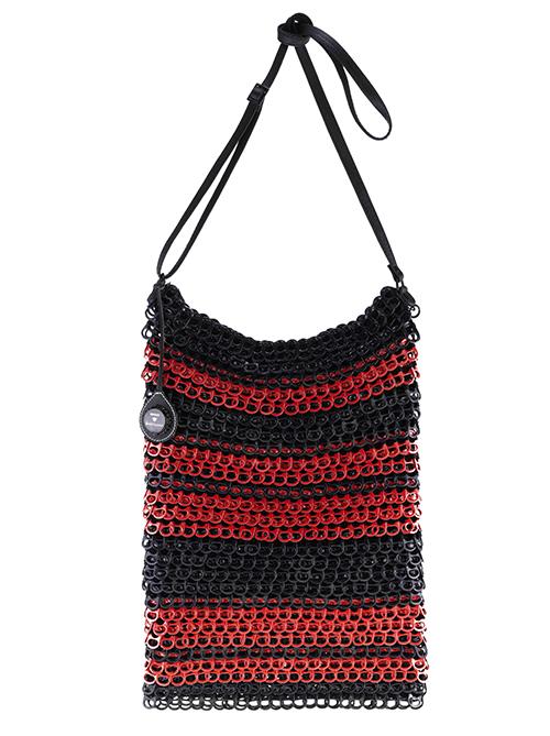 """ROT UND SCWARZ. Diese Tasche von """"Bottletop"""" und """"DKNY"""" besteht aus Dosenverschlüssen und ist ein echter Klassiker im Bereich Upcycling."""
