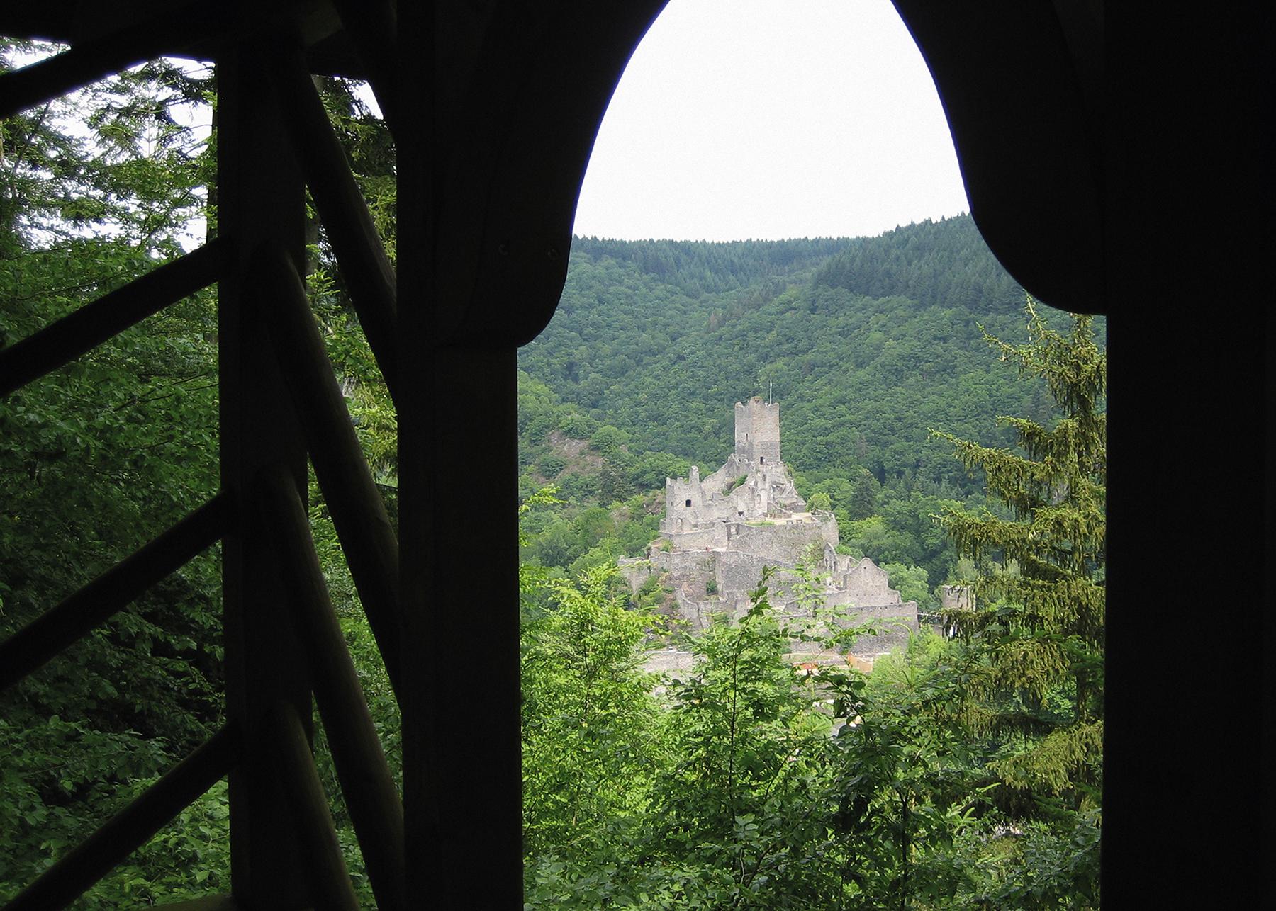 Eifelsteig: Blick vom Lieserpfad auf die Niederburg bei Manderscheid