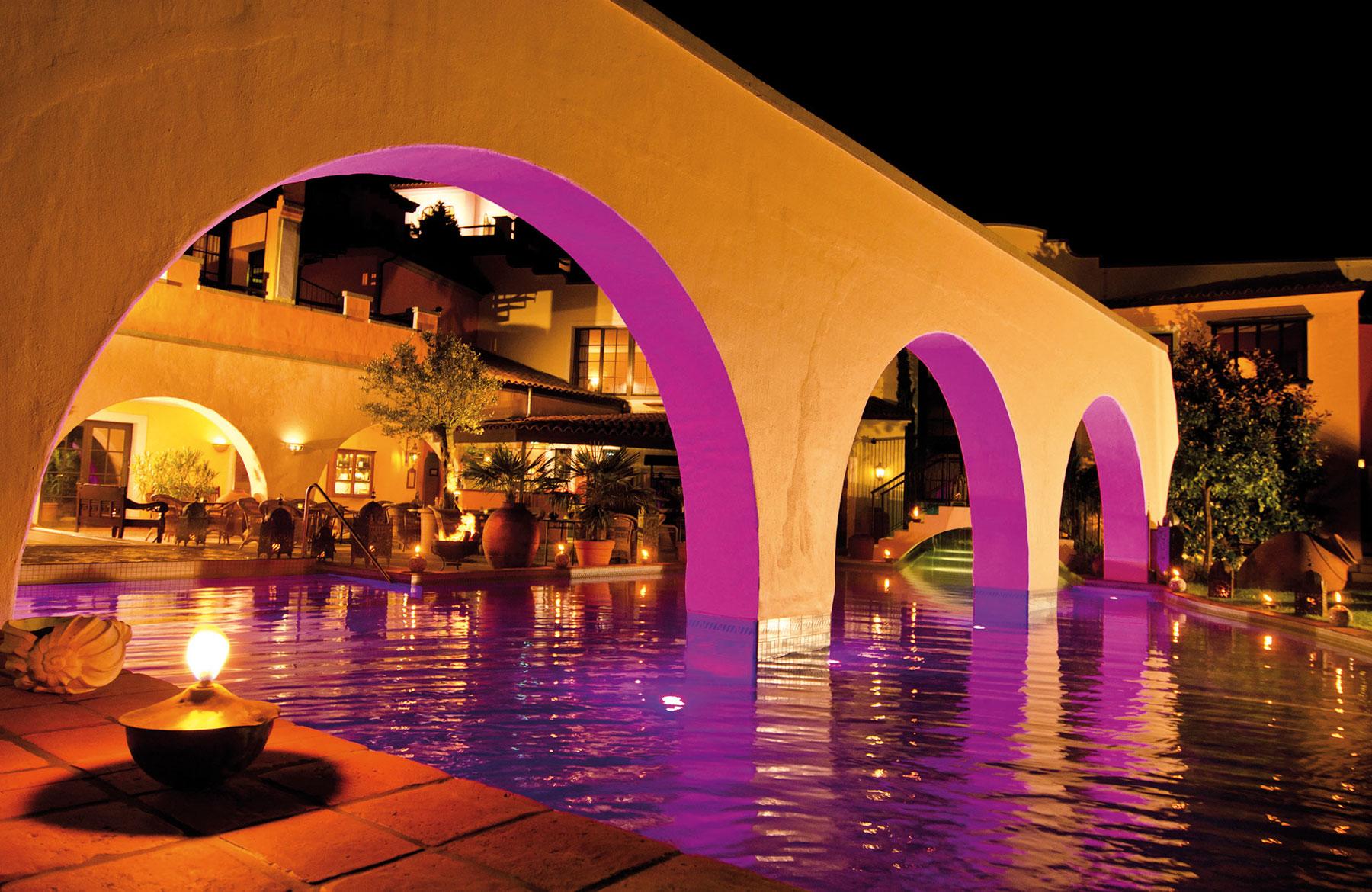Spanischer-Innenhof-mit-Pool
