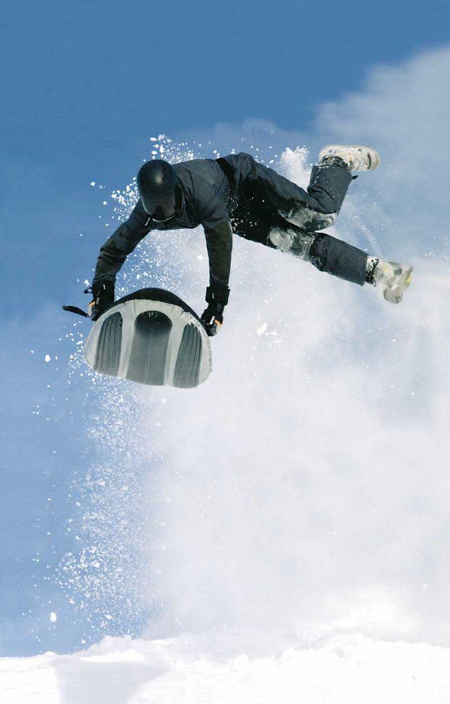 Beim Airboarding auf einer Art Luftmatratze den Berg hinunterrasen