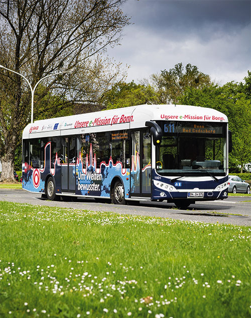 """""""Um Welten bewusster"""": Der E-Bus auf der Strecke in der Amerikanischen Siedlung."""
