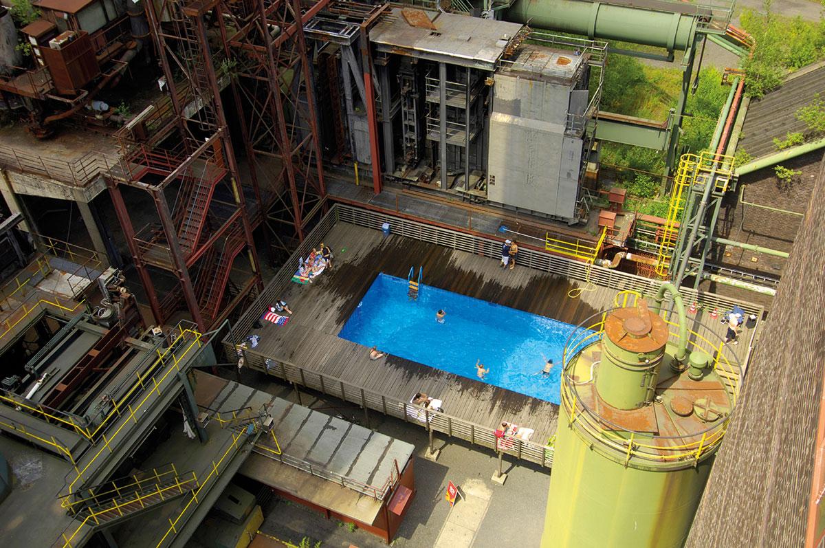 Luftaufnahme des Werksschwimmbades: als künsterlische Skulptur thematisiert der Pool den Strukturwandel im Ruhrgebiet. Im Sommer ist er ein beliebter Treffpunkt.