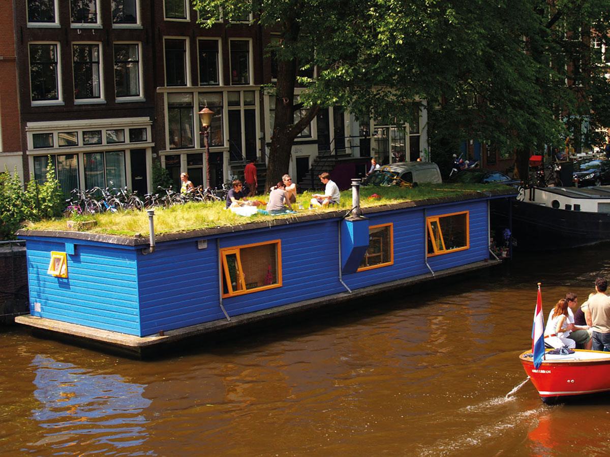 Hausboot mit Dachgarten in Amsterdam – die Mutter aller Hausbootstädte.