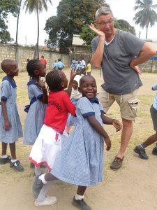 Tumaini Waisenhaus Förderverein. Der Kinderkardiologe Walter Wiebe sieht nicht nur nach dem Rechten, sondern ist auch für jeden Spaß zu haben.