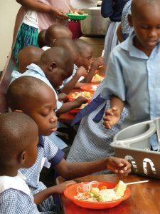 Tumaini Waisenhaus Förderverein. Mittagspause in der Schule
