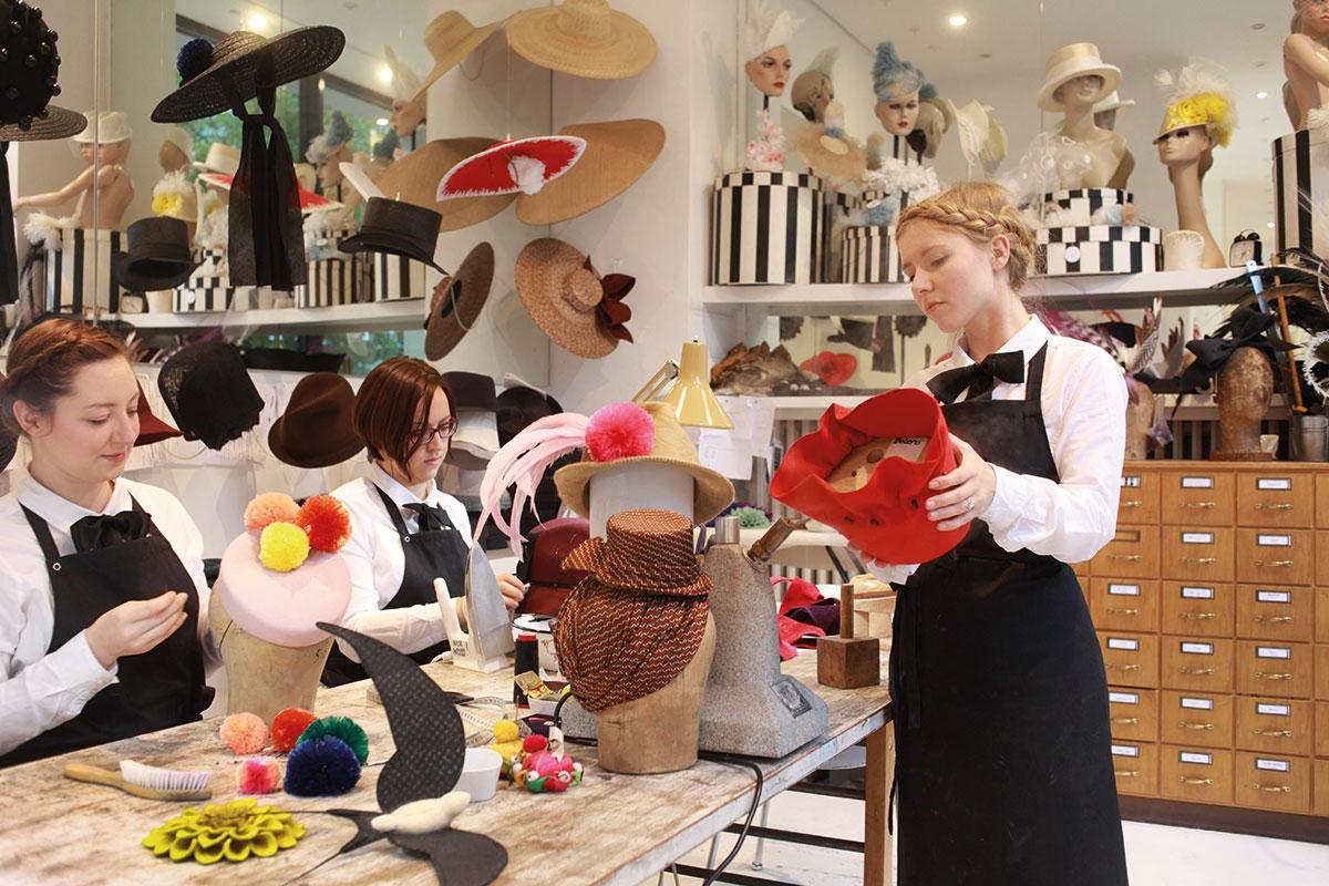Hut. Die Berliner Designerin Fiona Bennett fertigt in ihrem Atelier in Berlin extravagante Hüte nach Maß.