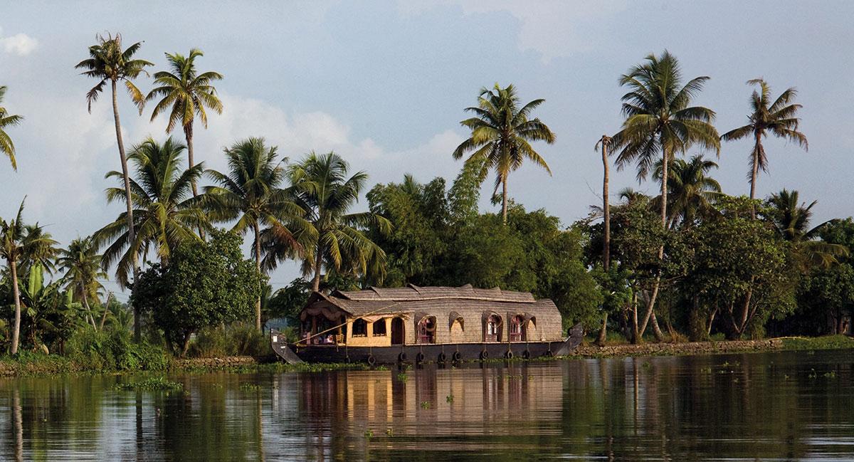 Die Lagunenlandschaft Südindiens von einem traditionellen Hausboot aus erkunden.