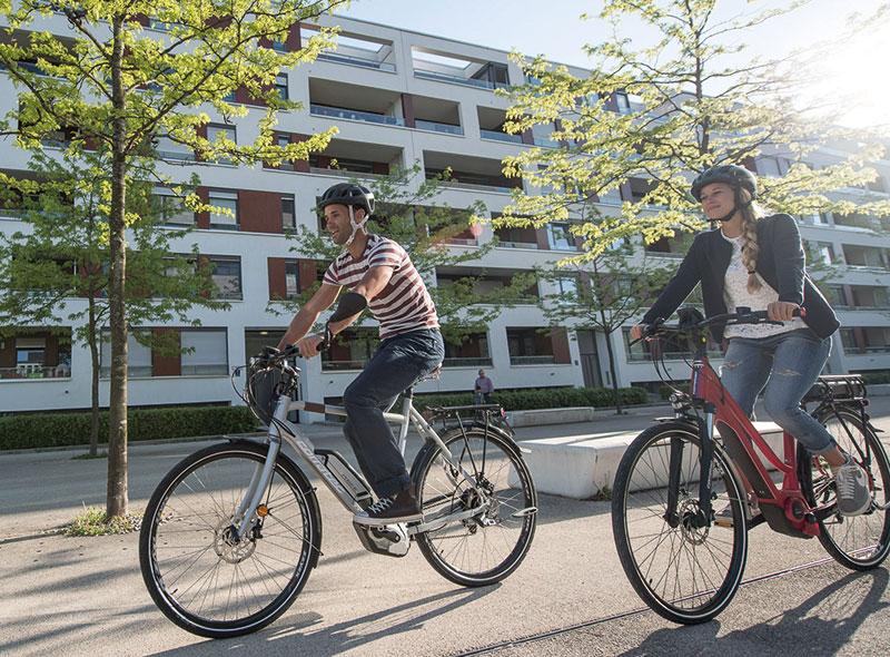 """E-Bike: Das Herrenmodell C29 Trekking von Corratec ist die S-Klasse der klassischen Trekking-Räder. Die 29""""-Laufräder schlucken fast alle Unebenheiten. Dadurch wird das Rad zum perfekten Begleiter. Das Damenmodell Harmony Wave von Corratec ist der ideale Begleiter für den Weg zum Einkaufen, zur Arbeit oder an den Baggersee. Mit Kettenschaltung für den sparsamen Radfahrer. www.corratec.com"""