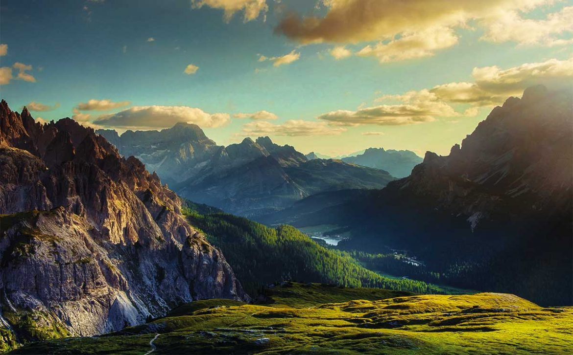 mountains-and-valley-at-sunset-foto-mammuth-getty-images