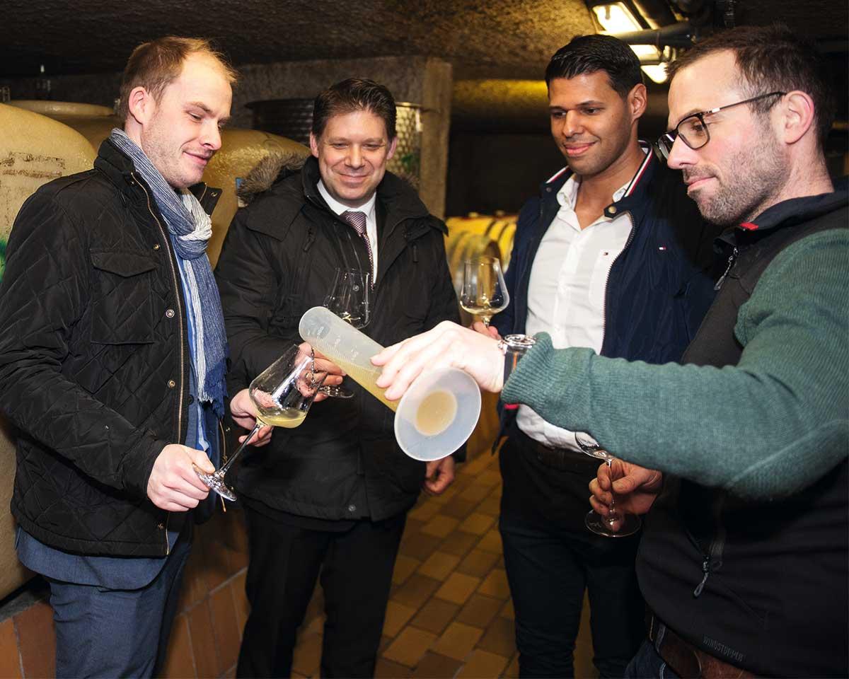 Ein wenig Riesling: Dominique Ewerth, Norman Wente-Müller, Nader Mohammadi und Felix Pieper (v. l.) beim Verkosten der Rieslingweine.