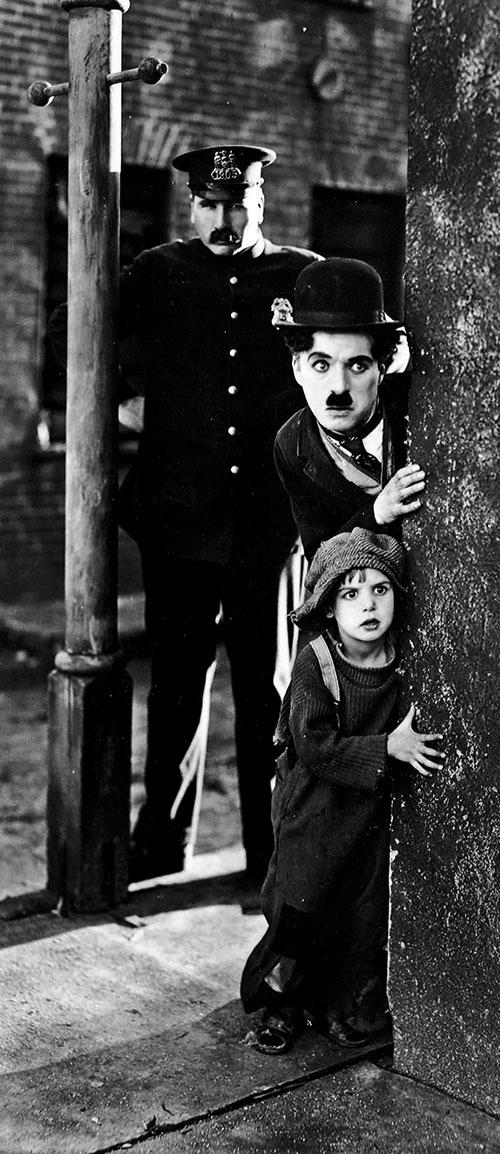 """Tom Wilson, Charlie Chaplin und Jackie Coogan in """"Der Vagabund und das Kind"""" (1921)"""