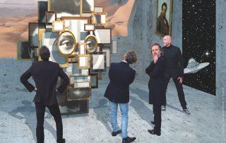 """Die Band VOYAGER IV beim Betrachten der """"Bilder einer Ausstellung"""" im freien Raum. An der Wand der Komponist des Originalwerkes Modest Mussorgski."""