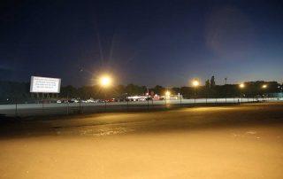 Im Autokino Köln erwartet Sie eine Kinobildwand mit 15 Metern Höhe und 36 Metern Breite. Kinogenuss auf 540 Quadratmetern. Hier können bis zu 1.000 PKW ihren Platz finden.