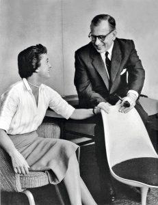 Florence Knoll-Bassett und Eero Saarinen mit dem Tulip Chair