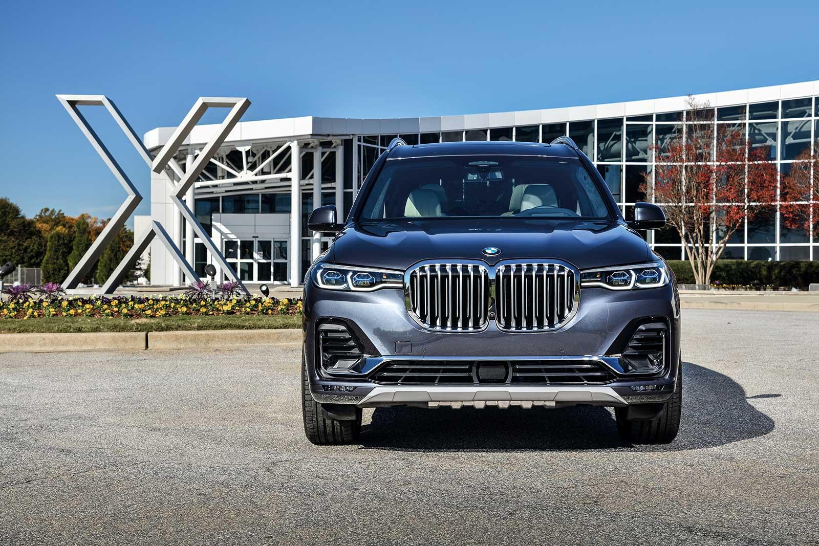 Die Frontpartie des neuen BMW X7 wird von der größten jemals für ein Modell der Marke gestalteten BMW Niere dominiert.
