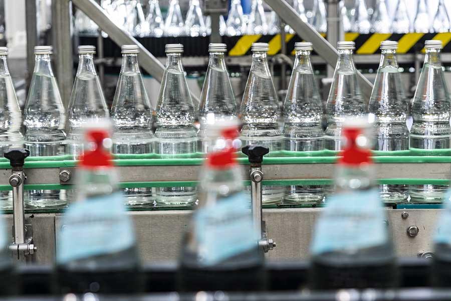 Perlflasche-Abfuellung-Mineralwasser