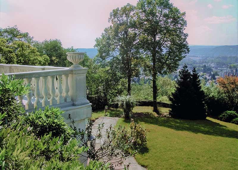 Blick aus einem der Gästezimmer ins Rheintal und in den parkähnlichen Garten