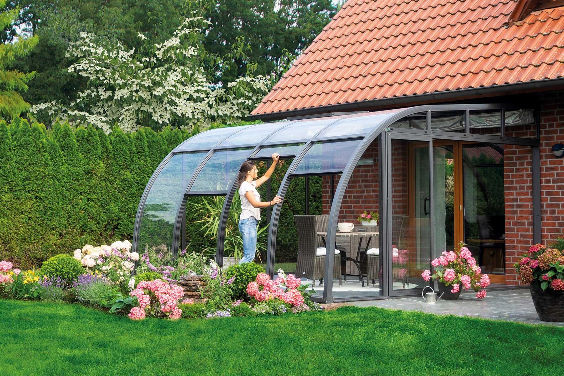 """Die Solarveranda """"Berlin"""" bietet für jeden Raumbedarf eine passende Lösung. Mit den erhältlichen Tiefen von 2,00 m, 3,00 m, 4,00 m und 5,00 m lässt sich die Überdachung sowohl für Balkone als auch für große Terrassen nutzen."""