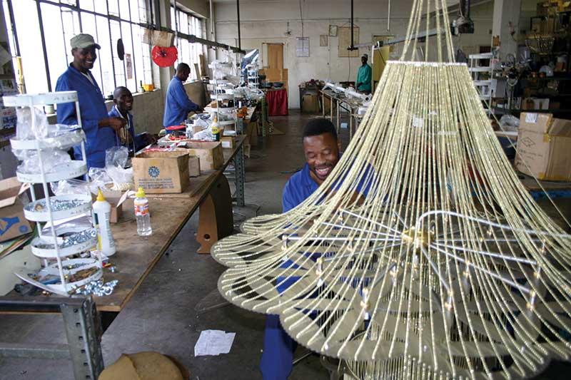 Klein aber fein: Jeder der afrikanischen Luxus-Leuchter wird von Kunsthandwerkern in einem aufwendigen Manufakturprozess geschaffen.