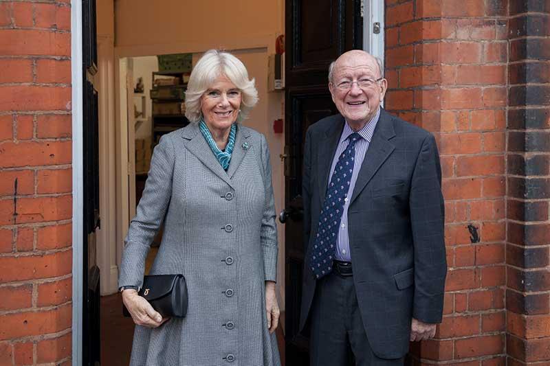 """Luxushandtaschen Camilla, Herzogin von Cornwall, trug eine schwarze """"Tosca"""" Clutch während ihres Besuches bei Launer."""