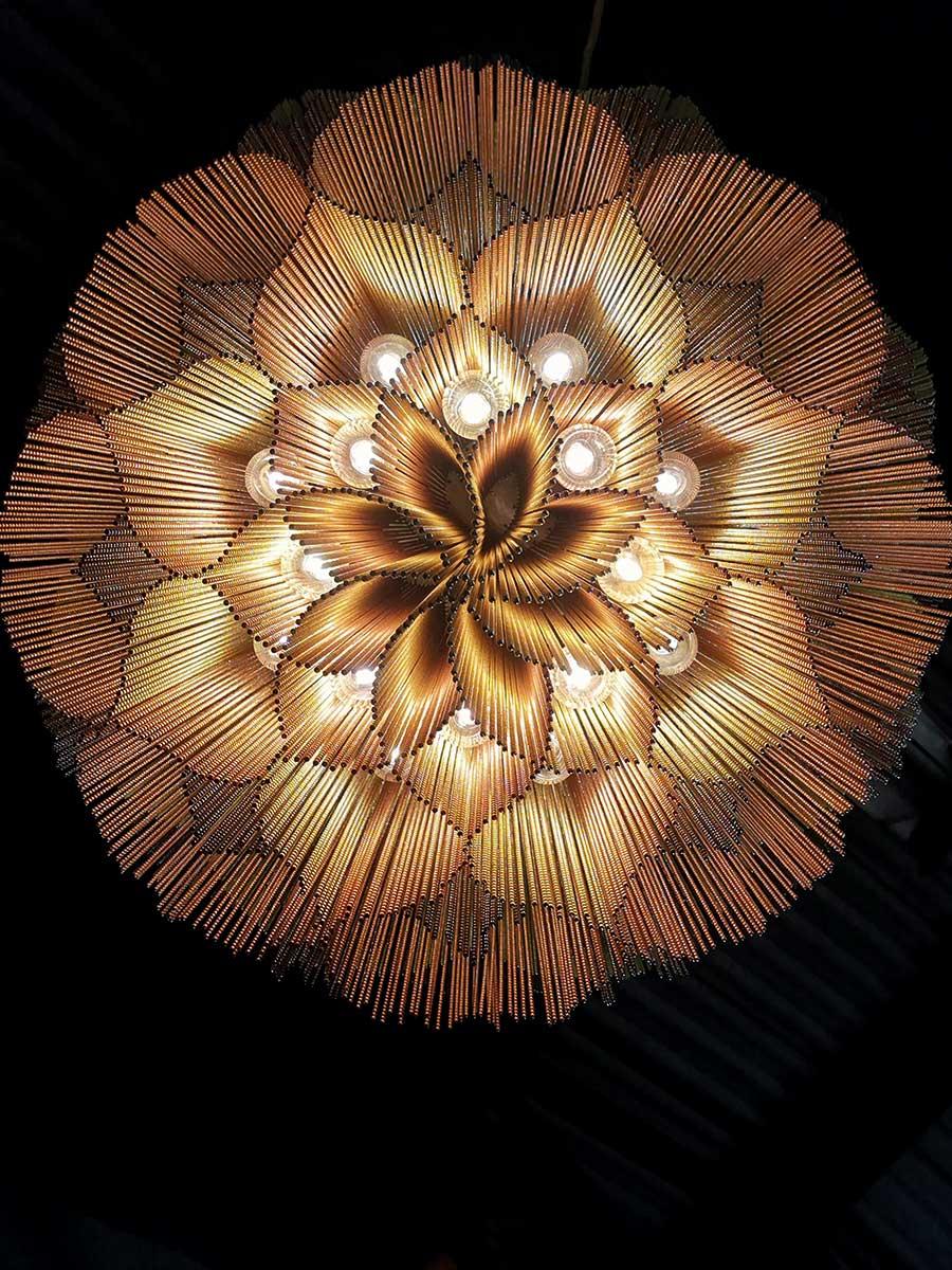 Ein Hauch von Orient und sechzig Kilo Extravaganz: Aus patentiertem Montagesystem, ausgefeiltem Design und harmonisch kombinierten Farben entstehen wahre Licht-Kunstwerke.