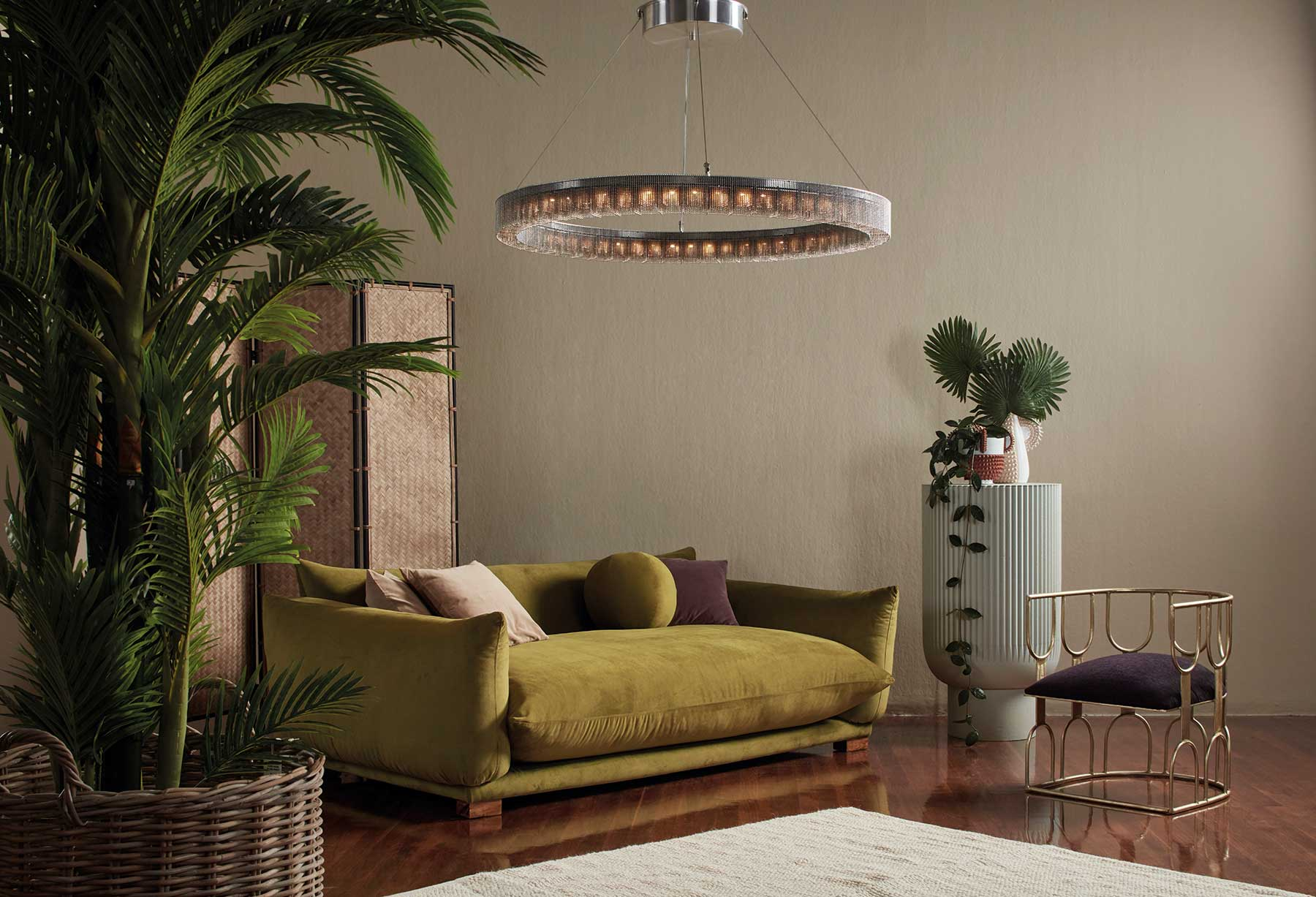 Minimal aber nicht streng: Auch diese Leuchte besteht aus Hunderten kleinen Metallketten und folgt in der Form modernen Trends.