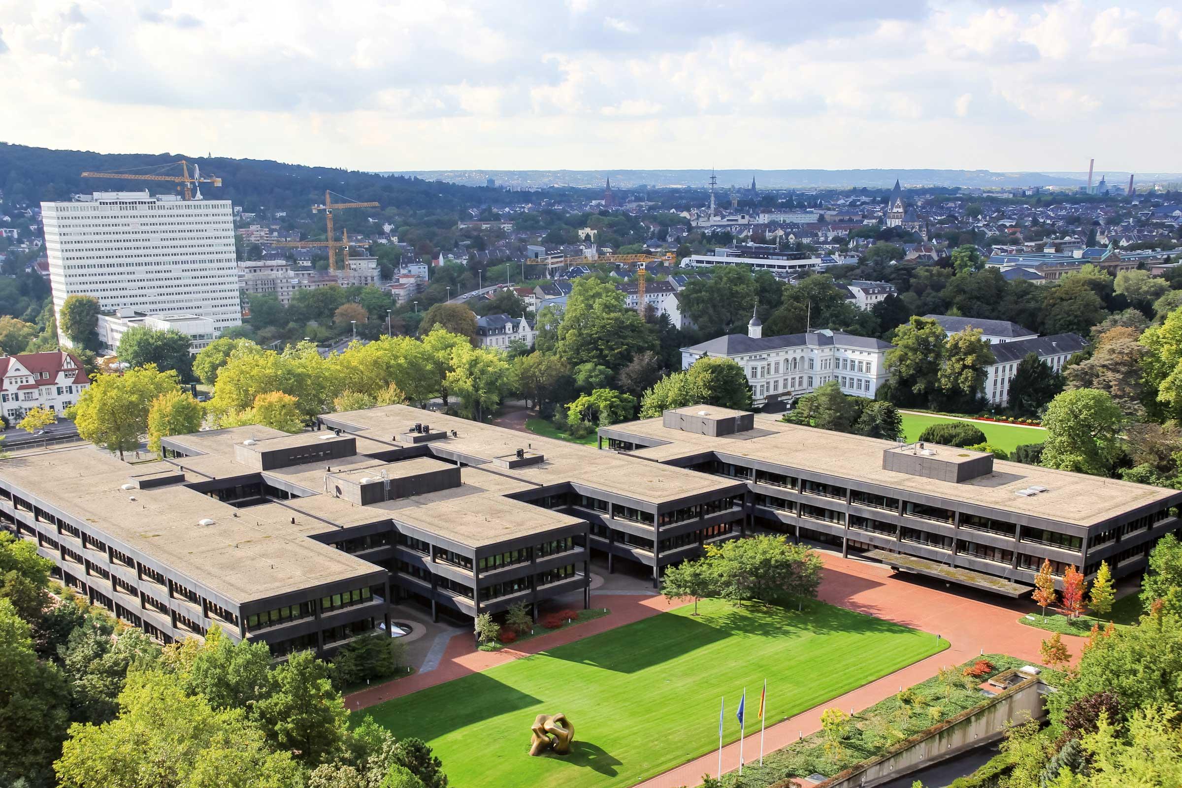 Das ehemalige Bundeskanzleramt in Bonn. Die Aufnahme stammt vom 3. Oktober 2016. Foto: © Axel Kirch, CC BY-SA 4.0, Wikimedia Commons