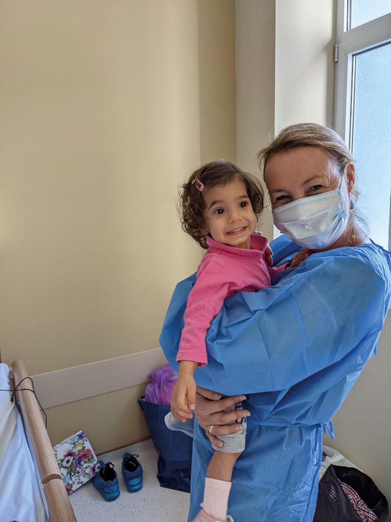 Das Schicksal der Kinder liegt dem gesamten Team am Herzen. (Sidonia, 9 Monate, und Anja Schlarb)