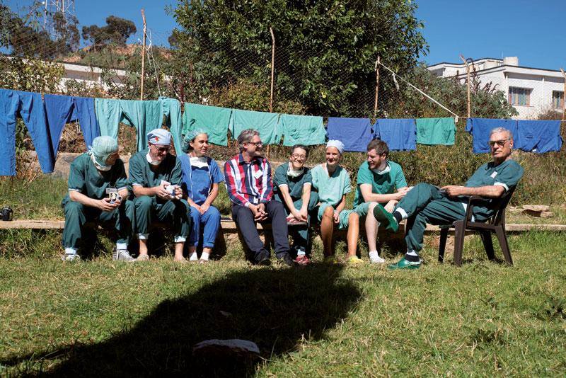 Erschöpft, aber glücklich: Kaffeepause nach einem langen erfolgreichen OP-Tag in Eritrea. (Herzteam mit Gründer und Herzchirurg Dr. Andreas Urban (rechts) und Geschäftsführer Jörg Gattenlöhner (Mitte)