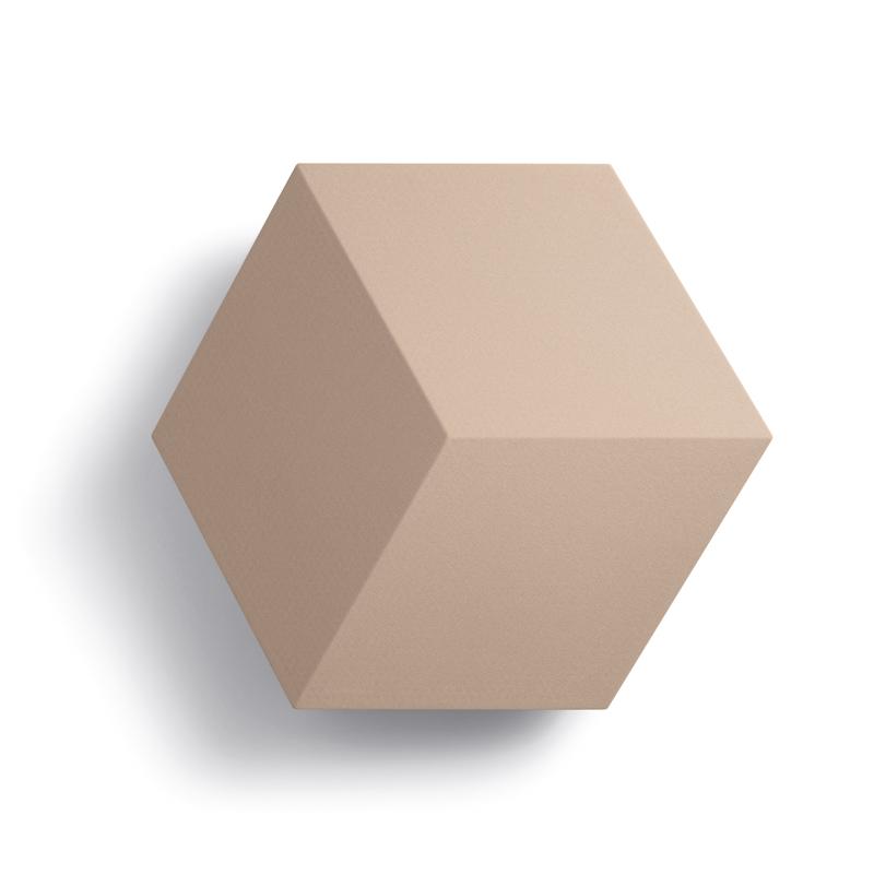 Beosound Shape ist ein modulares Lautsprechersystem, das sich an designbewusste Musikliebhaber richtet. Es hängt wie ein einzigartiges Kunstwerk an der Wand und liefert ein authentisches Klangbild, anpassbares Design und integrierte Geräuschdämpfung für eine optimierte Raumakustik. bang-olufsen.com/de