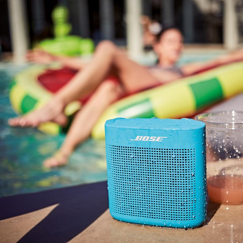 Am Pool, im Park, beim Picknick: Der robuste und wasserabweisende SoundLink Color Bluetooth speaker II ist der ideale Begleiter für jedes Abenteuer. Die Oberfläche aus angenehm griffigem Silikon und das integrierte Mikrofon für Telefonate machen den Lautsprecher perfekt für unterwegs. bose.de